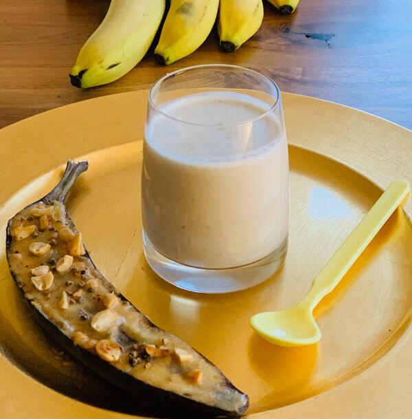 Bananenmilk mit Erdnussbutter und Kardamom
