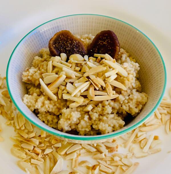 Süsses Frühstucks Couscous mit Datteln und Mandeln