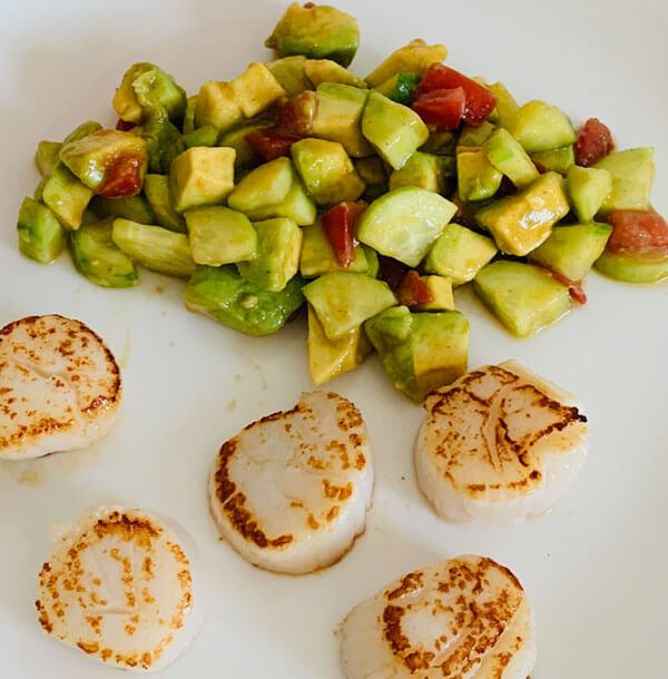 Jakobsmuscheln mit Avocado, Gurken- Tomaten Salat