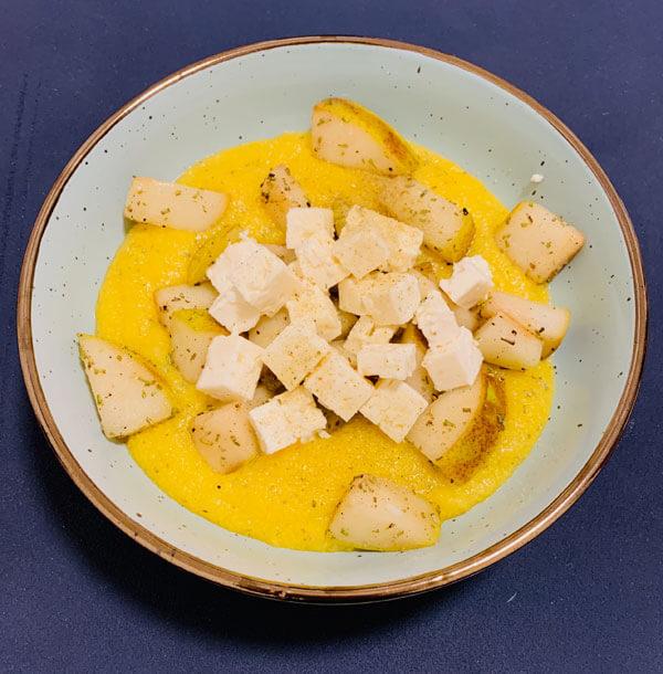 Rosmarin-Mais Bowl mit Vanille-Birne und Feta