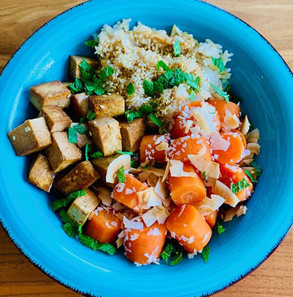 Asia Sesam Reis Bowl mit Sojatofu und Kokoskarotten