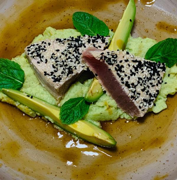 Thunfisch mit Blumenkohl Avocado Püree und Passionsfrucht Sojasauce
