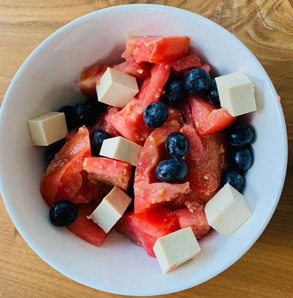 Fruchtig Salzige Tomaten, Blaubeeren & Feta Bowl