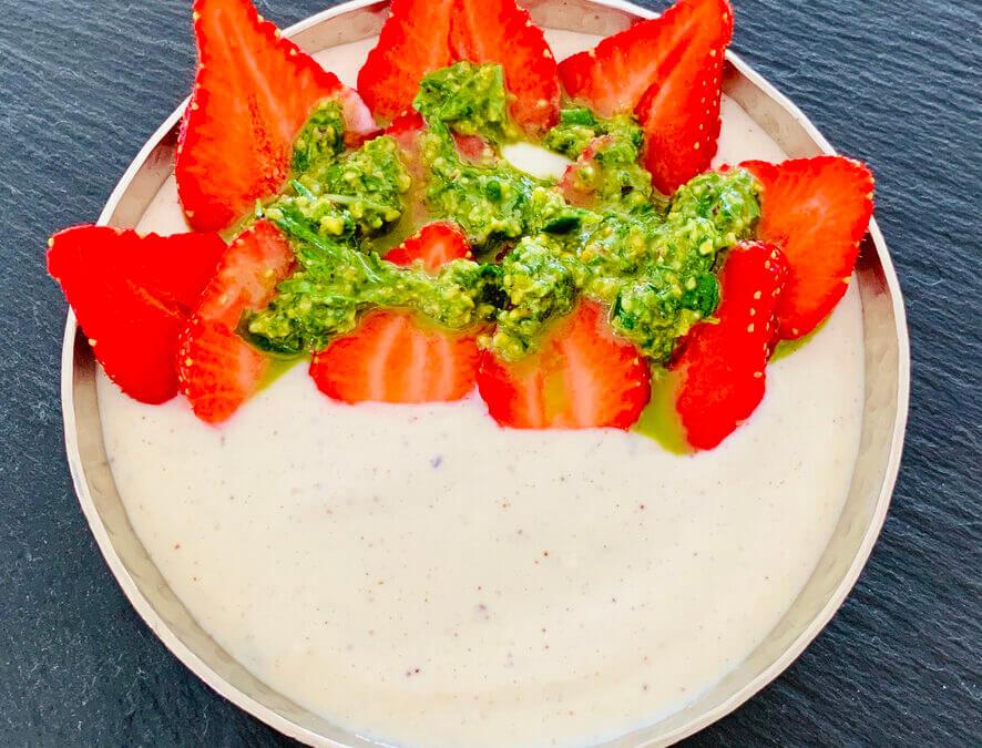 Erdbeeren mit süssem Basilikum Pesto auf Vanille Quark